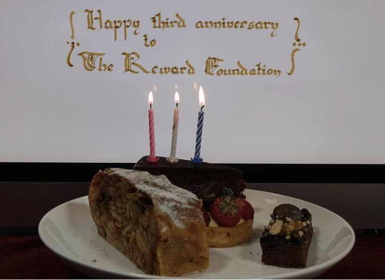 Feliz terceiro aniversário recompensa fundação