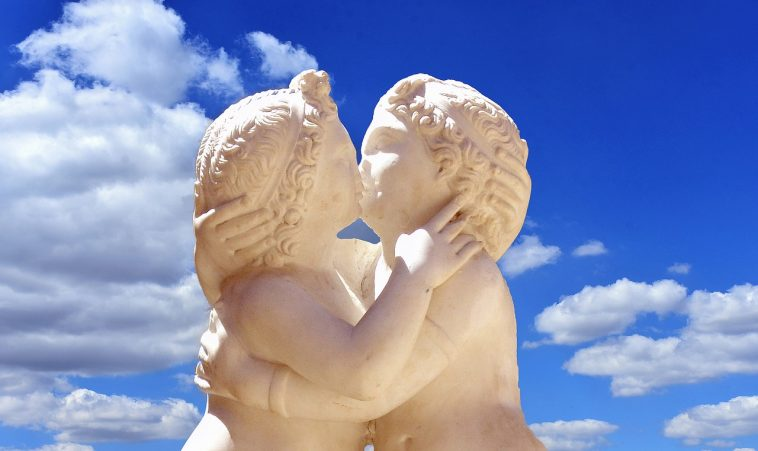 Kissing cherubs Dergeorge Pixabay Dragoste 2625325_1280